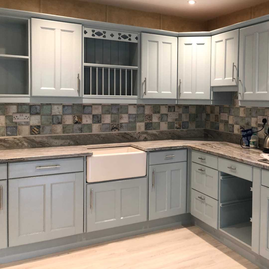 Kitchen units painted in blue gloss paint Aurora vintro